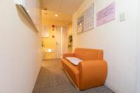 診察室前待合椅子